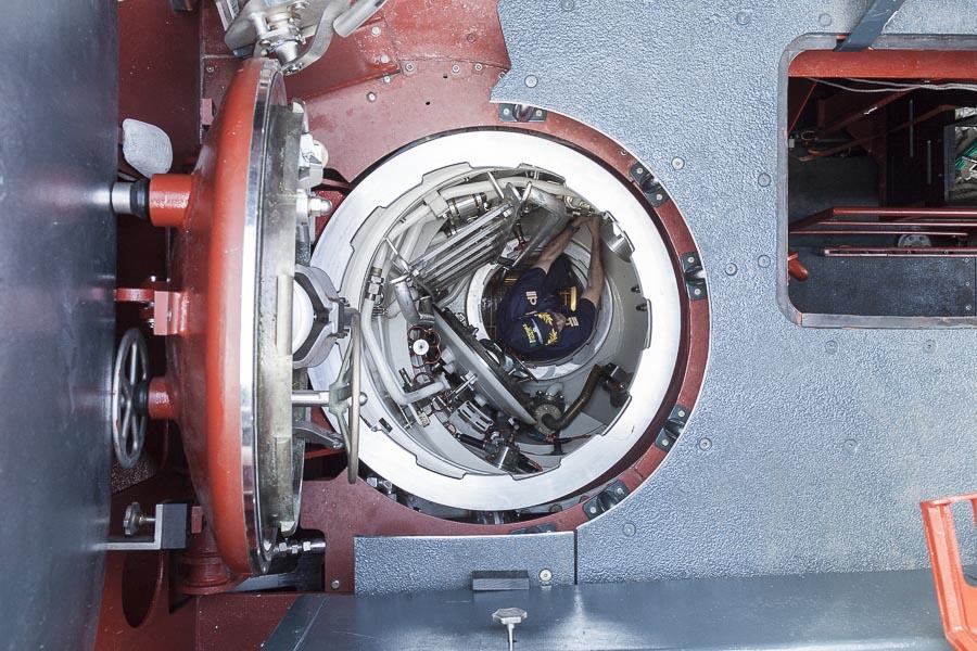2016, LA SPEZIA, ITALY, PIETRO VENUTI S 528. Il nuovo sottomarino della Marina Militare Italiana, boccaporto di uscita nella plancia. Il Tenente di Vascello in risalita dalla camera di manovra. © FABRIZIOGIRALDI