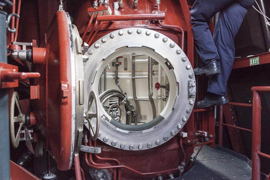 2016, LA SPEZIA, ITALY, PIETRO VENUTI S 528. Il nuovo sottomarino della Marina Militare Italiana, boccaporto di entrata. Sulla destra un operatore sale alla plancia. © FABRIZIOGIRALDI